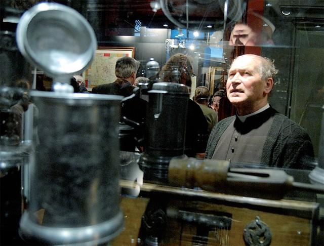 Ks. Jan Giriatowicz na sobotniej wystawie w muzeum.