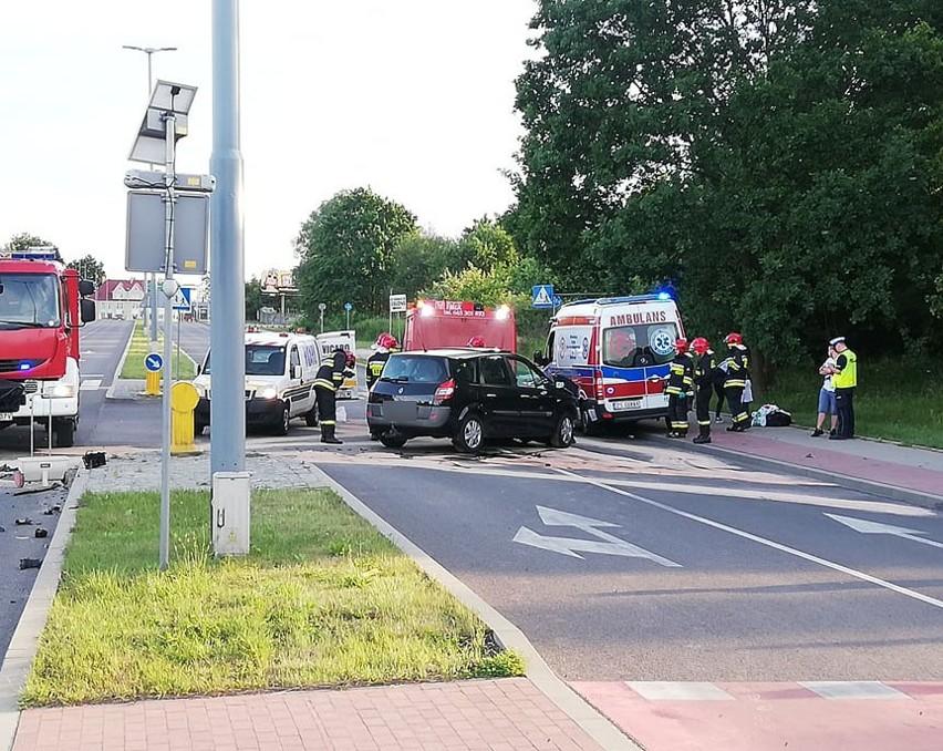 W niedzielę, 16 czerwca, około godziny 19 dwa samochody osobowe zderzyły się na ulicy 4 Marca w Koszalinie.Kierujący samochodem marki renault, wyjeżdżając z ulicy Sybiraków na ulicę 4 Marca, nie ustąpił pierwszeństwa jadącemu prawidłowo kierowcy MG ZS. Siła uderzenia była tak duża, że oba samochody zostały poważnie uszkodzone, a ich części rozrzucone w promieniu kilku metrów. Straż pożarna do usuwania skutków zdarzenia zadysponowała trzy wozy. Na miejscu byli też ratownicy medyczni.Nie wiadomo jeszcze, jak policjanci zakwalifikują to zdarzenie. To zależy od stanu zdrowia osoby, która została przewieziona do szpitala.Ruch na ulicy był zablokowany. Trasa jest już przejezdna.