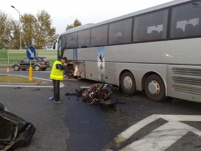 35-latek jadący hondą uderzył w lewy bok autokaru.