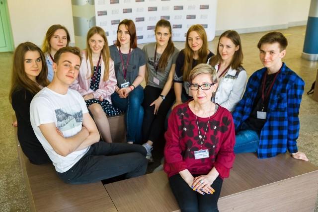 Uczniowie klasy 2D i opiekunka młodzieżowych przedsiębiorstw Dorota Czyżyńska-Kamieńska mają powody do satysfakcji