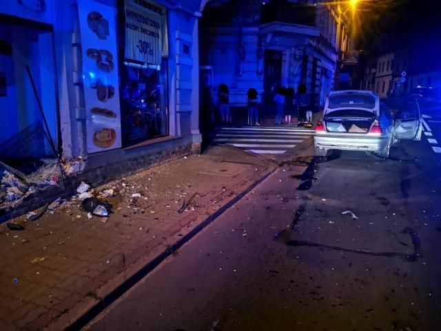 14 ratowników interweniowało dziś w nocy we Wronkach w związku z wypadkiem na ulicy Poznańskiej. Samochód BMW rozbił witrynę sklepową.