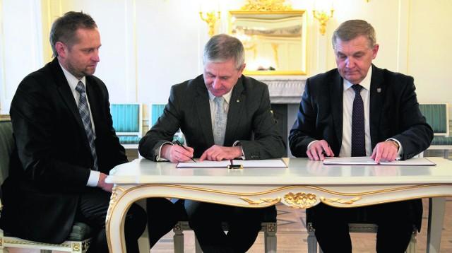 Podpisany wczoraj list intencyjny to pierwszy konkret dotyczący pasa startowego na Krywlanach. Od prawej: prezydent Tadeusz Truskolaski, Włodzimierz Skalik, prezes Aeroklubu Polskiego i Bogdan Włostowski, sekretarz generalny.