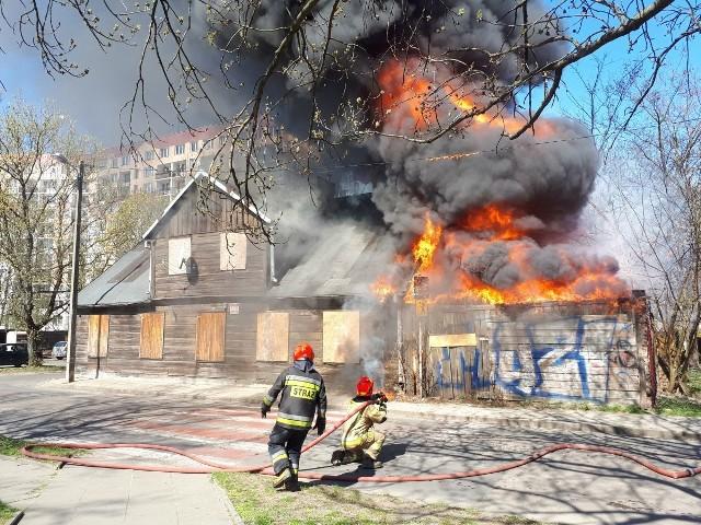 NA Bałutach spłonął  drewniany dom jednorodzinny. Na miejscu działało 7 zastępów straży pożarnej. Na szczęście nikt nie zginął.Zobacz zdjęcia na kolejnych slajdach