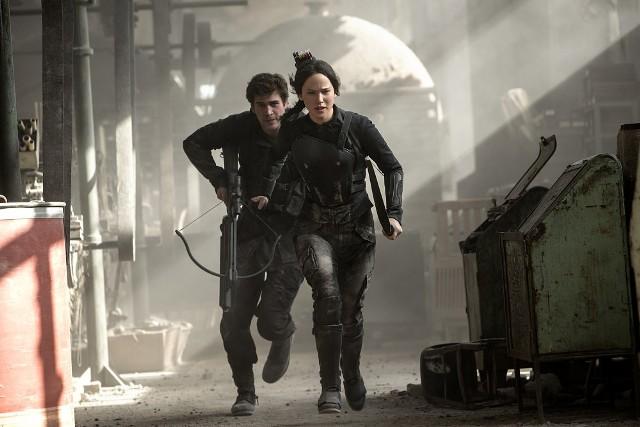 """""""Igrzyska śmierci: Kosogłos. Część I""""Katniss Everdeen, która raz na zawsze położyła kres Głodowym Igrzyskom, trafia do Dystryktu 13. Znajduje się w nowym, nieznanym jej otoczeniu - podziemnym świecie, o którym nie miała pojęcia, że istnieje: mrocznym labiryncie rzekomo unicestwionego Dystryktu 13. Odkrywamy, że w Dystrykcie 13., który został zbombardowany i oficjalnie unicestwiony 75 lat temu, trwa ukryte życie. Głęboko pod ziemią powstała specyficzna cywilizacja, bardzo silnie zmilitaryzowana. Ludzie są szkoleni od dzieciństwa do przyszłej walki. Trwa oczekiwanie na bunt, by obalić władzę Kapitolu. Wbrew kłamliwej propagandzie, rebelianci przetrwali zemstę Kapitolu. Pod przewodnictwem prezydent Alma Coin, przygotowują się do rozprawy z dyktatorską władzą. Katniss po traumatycznych przejściach, czuje się pusta, wypalona, pozbawiona emocji., mimo początkowych wahań, zgadza się wziąć udział w walce.   Emisja:Canal+, godz. 21:00"""