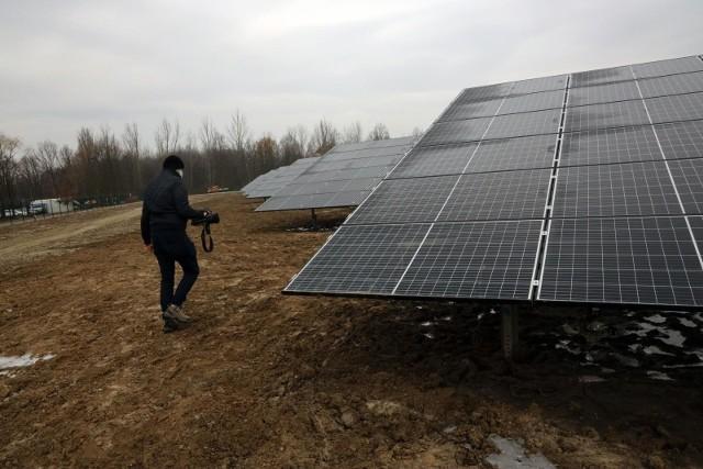 Z początkiem 2017 Urząd Marszałkowski w Rzeszowie ogłosił konkurs na inwestycje w farmy fotowoltaiczne, które finansowane miały być z funduszy unijnych. Już w połowie tego samego roku do urzędu wpłynęło 475 wniosków, z których 273 złożyły tzw. spółki parafialne z Podkarpacia.