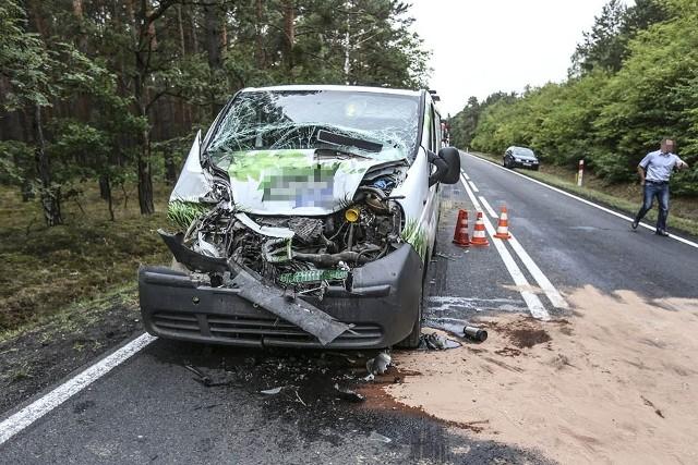 """Do wypadku doszło w czwartek, 19 lipca, na trasie koło Nowogrodu Bobrzańskiego. Kierujący busem uderzył w tył ciężarówki do przewozu drewna. Ranny trafił do szpitala w Zielonej Górze.Kierujący ciężarówką jechał z Żar w kierunku Nowogrodu Bobrzańskiego. Tuż przed miejscowością zauważył przed sobą jadącego rowerzystę. Zwolnił, szykując się do jego wyminięcia. Zwalniającej ciężarówki nie zauważył kierujący busem. Rozpędzony bus uderzył w tył naczepy do przewozu drewna.Na miejsce wypadku przyjechały wozy straży pożarnej, karetka pogotowia ratunkowego i zielonogórska policja. Ranny kierowca busa została zabrany przez karetkę do szpitala w Zielonej Górze.Droga przez pewnie czas była zablokowana w obu kierunkach. Teraz policja wprowadziła ruch wahadłowy. Utrudnienia na trasie mogą potrwać kilka godzin.Zobacz też wideo: Karambol na drodze S3. Zderzyły się cztery samochody, dwie osoby w szpitalu. W kraksie uczestniczyła cysternaPOLECAMY ODCINKI """"KRYMINALNEGO CZWARTKU"""":"""