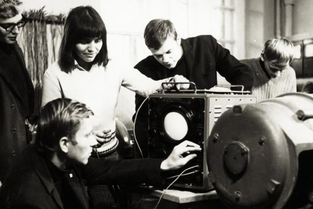 Lata 1966 - 1972 to okres bardzo dynamicznego rozwoju wydziału. Wybudowane i wyposażone zostały w tym czasie laboratoria studenckie dla specjalności elektroenergetyka oraz specjalności elektrotechnika przemysłowa. Pierwsi absolwenci studiów stacjonarnych otrzymali dyplomy w roku akademickim 1969/70.