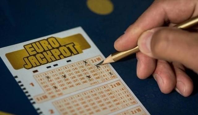 Zakłady Eurojackpot można kupić w każdym punkcie sprzedaży LOTTO. Gramy na chybił trafił lub typujemy własne liczby. Zakład kosztuje 12,50 zł.