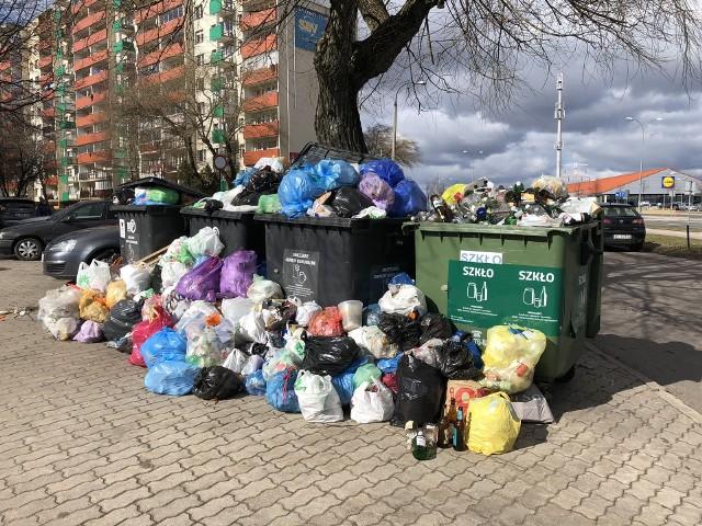 Tak wyglądają śmieci wywalające się z kontenerów obok bloku przy ul. Hallera 42.