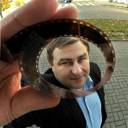 Grzegorz Potęga. Ma 36 lat, magister filologii polskiej, żona Aneta, synowie Kacper i Miłosz. Od 2001 r. prowadzi kino Odra, radny powiatu nowosolskiego.