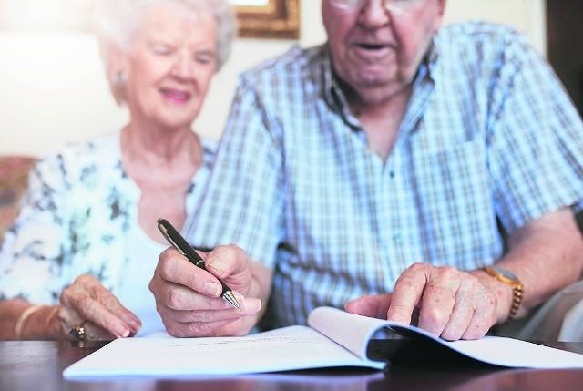 Zgodnie z założeniami Polskiego Ładu czeka nas reforma podatkowa, w ramach której kwota wolna od podatku zostanie podwyższona do 30 tys. zł, a ponadto od podatku nie będzie można odliczyć składki zdrowotnej. Wszystko to przełoży się na wysokość emerytur w 2022 roku. W wielu przypadkach emeryci i renciści będą mogli liczyć na wzrost świadczenia z ZUS. O ile? Kto zyska najbardziej, a kto straci? W galerii przedstawiamy wyliczenia przyszłorocznych emerytur z uwzględnieniem reformy Polskiego Ładu. Generalnie stawki brutto wyniosą tyle samo, co w 2021 roku. Najbardziej jednak emerytów interesują stawki netto, które w 2022 roku wzrosną lub zmaleją. O ile? Te informacje również znajdziecie w naszej galerii. Uwzględnione w niej zostały stawki brutto i netto oraz kwota wzrostu lub obniżki emerytury w stosunku do 2021 roku. Symulację opracował dziennik fakt.pl. Poznajcie wyliczenia na kolejnych slajdach!Czytaj dalej. Przesuwaj zdjęcia w prawo - naciśnij strzałkę lub przycisk NASTĘPNEPOLECAMY TAKŻE: Tak podwyższysz swoją emeryturę! Nawet o 1162 zł rocznie więcej!Podwyższenie wieku emerytalnego. Od kiedy? Oto plany rządu