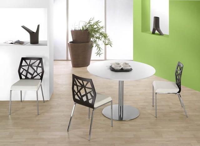 Nowoczesna jadalniaAby stworzyć nowoczesny styl w jadalni, usuń z niej wszystkie zbędne dodatki i meble. Unikalny styl pomieszczenia osiągniesz dzięki skomponowaniu szklanego lub metalowego stołu z fantazyjnymi krzesłami. Im ciekawszy kształt i mocniejsza barwa krzeseł – tym lepiej.