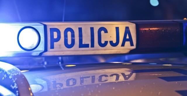 Policjantom udało się wejść do mieszkania i obezwładnić mężczyznę. Zdążyli na czas