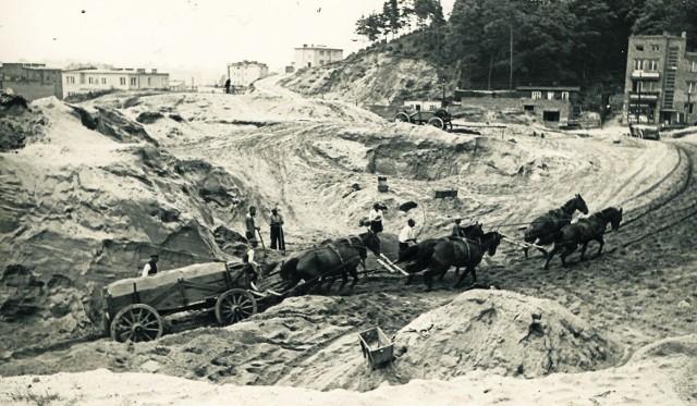 Gdyby nie konie, Gdynia by nie powstała. Woziły piasek pod budowę portu i miasta. Głównie z Chyloni i Leszczynek. Samochodów ciężarowych było wówczas bardzo niewiele. Służyły do przewozu produktów spożywczych, ale nie do wożenia piachu. To była niesamowicie ciężka praca. Dla ludzi i dla zwierząt