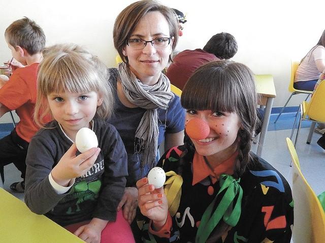 - Na pewno zrobię jeszcze takie pisanki, jak już wrócę do domu - deklarowała Marysia, 4-latka, uczestniczka warsztatów (z lewej). W środku mama Monika, obok wolontariuszka Monika Szatan.