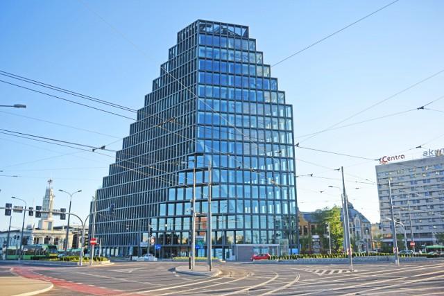 """Poznański biurowiec """"Bałtyk"""" o charakterystycznym kształcie, wysokościowiec zbudowany w 30 miesięcy na miejscu dawnego kina, został nominowany do Nagrody Architektonicznej """"Polityki""""."""