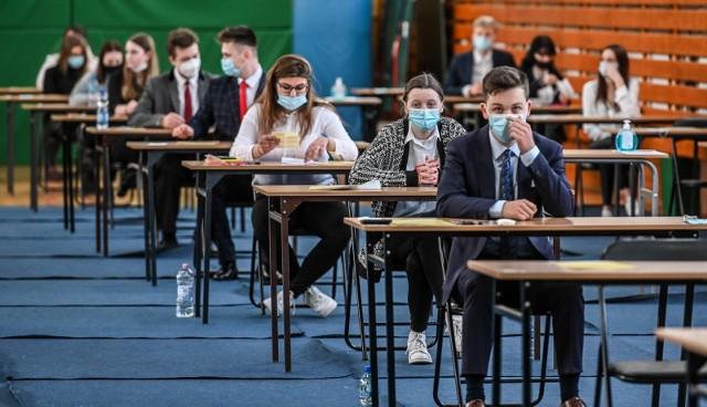 W województwie kujawsko-pomorskim ostatecznie 11 tys. 300 uczniów (80 proc.) może się cieszyć ze zdanej matury, a 2881 osób (20 proc.) niestety, ją oblało.