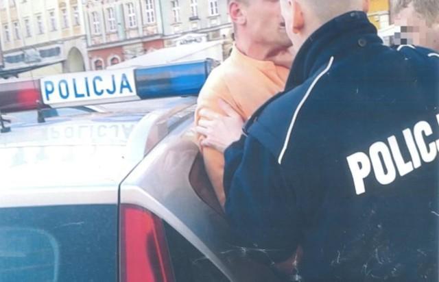 Na tym zdjęciu widać scenę z interwencji na wrocławskim Rynku, wobec Igora Stachowiaka