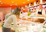 """Na zakupy do Carrefoura i Auchan z własnymi opakowaniami. Markety stawiają na ekologię i promują ideę """"less waste"""""""