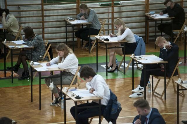 We wtorek, 4 maja, rozpoczęły się tegoroczne matury. Na początek maturzyści zmagają się z egzaminem z języka polskiego.
