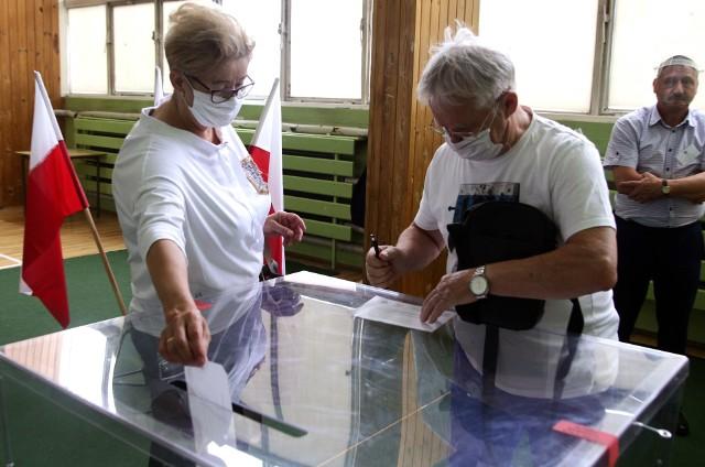 Barbara i Józef Jabłońscy głosowali w jednym z lokali na os. Lotnisku mieszczącym się w hali sportowej przy SP 21.