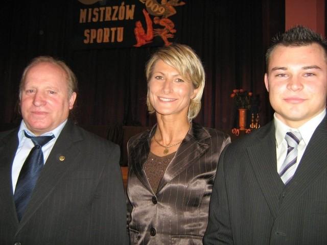 Najlepszy trener Ryszard Nasiłowski, na zdjęciu z lewej, w towarzystwie Anny Sulimy-Jagiełowicz i najlepszego sportowca Radosława Ucińskiego.