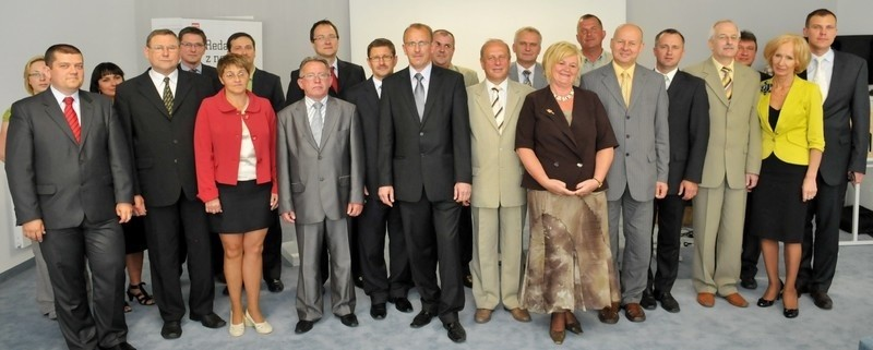 Pamiątkowa fotografia najpopularniejszych samorządówców i organizatorów plebiscytu