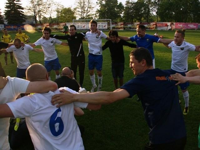 Tak cieszyli się po meczu zawodnicy Stali.