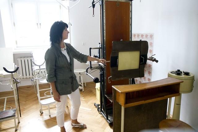 To jeden z naszych najcenniejszych eksponatów – pochodzący z lat 20-tych ubiegłego wieku aparat rentgenowski – prezentuje Magdalena Grassmann. – Urządzenie przekazał 90-letni lekarz radiolog Jerzy Roman z Puńska.