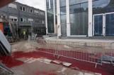 Czerwona ciecz wycieka z budowy Hiltona w Łodzi. Co to jest?
