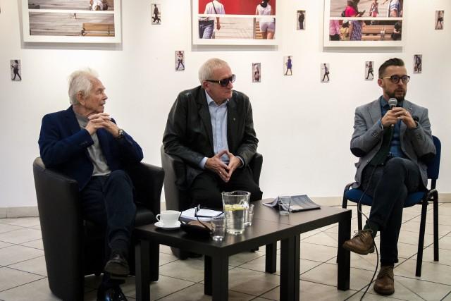 Markowi Blautowi (po prawej) podczas premiery książki towarzyszył wybitny aktor Bernard Krawczyk, który czytał wybrane felietony