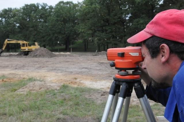Tadeusz Czapczyński sprawdza, czy prace idą zgodnie z projektem