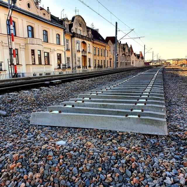 Trwa budowa estakad kolejowych w centrum Krakowa. Przy ul. Blich widać już zarys kolejnego toru.