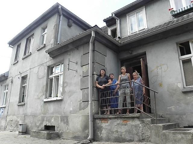 """Po kilkuletniej walce o poprawę warunków lokatorzy doczekają się remontuLokatorzy """"belwederu"""" mogą odetchnąć z ulgą. Po kilkuletniej walce o poprawę warunków, w jakich mieszkają, budynek przy ul. Niskie Brodno 1 doczeka się remontu."""