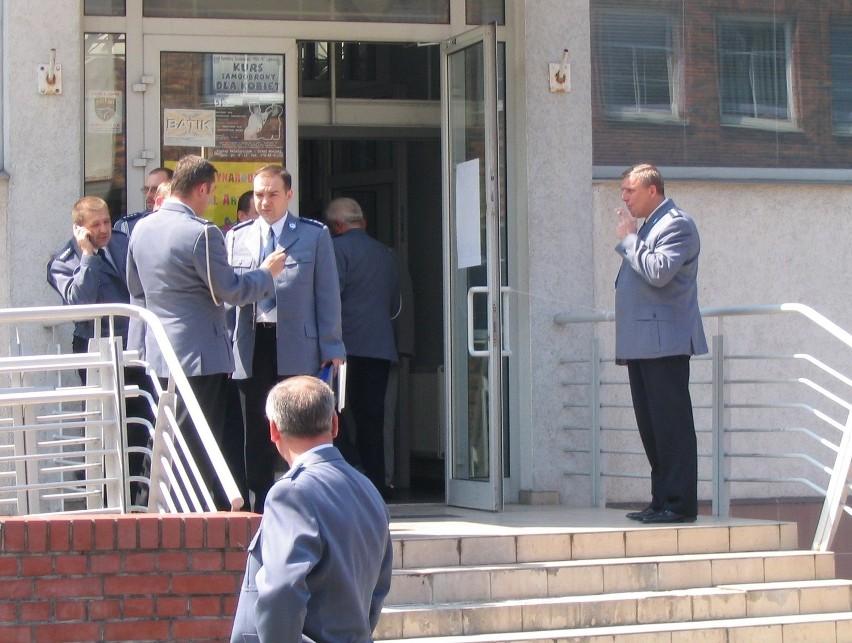 """Wczoraj pod SCK zrobiło się """"niebiesko"""". W nieoznaczonym aucie policjantów zauważyliśmy mandat za brak wykupionego biletu postojowego."""