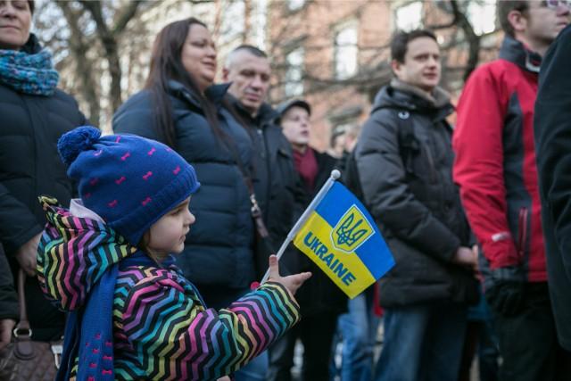 Kiedy Ukraina została napadnięta przez Rosje, wielu Polaków, w tym krakowian, wsparło sąsiadów ze Wschodu, protestując przeciwko haniebnej agresji. Od tego czasu zjechało so Polski w sumie ok. 2 mln Ukraińców. Wielu podjęło pracę, coraz częściej legalną. Płacą podatki, ratują ZUS. Zadomowili się, wysłali dzieci do polskich szkół. Zdaniem pracodawców, polski rząd powinien zrobić wszystko, by umożliwić im pozostanie w naszym kraju na stałe.