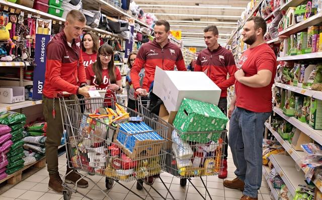 Piłkarze Cracovii kupowali prezenty w ramach Szlachetnej Paczki