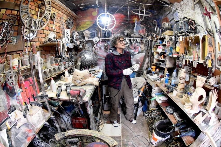 Artysta lubi pracować w swojej pracowni, zaraz obok domu.