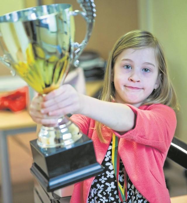 Ipad, dyplom i ten wielki puchar - Klara Szczotka na turnieju w Wilnie udowodniła, że umie grać w szachy. Teraz marzy, by wygrać mistrzostwa Polski w Poroninie.