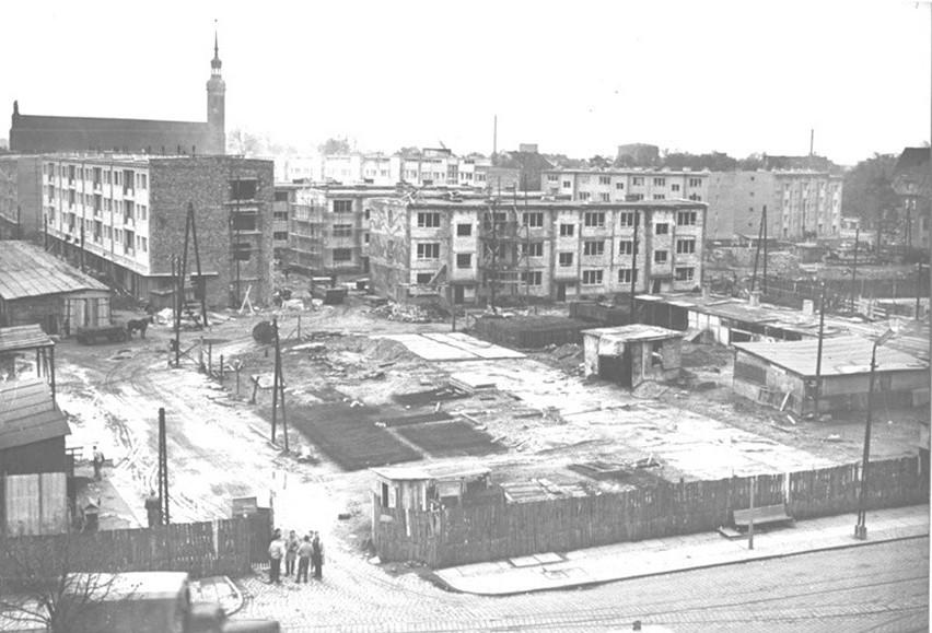 Słupsk, koniec lat 50. XX wieku. Budowa Osiedla XX Lecia, widok z ul. Łukasiewicza w stronę ul. Mikołajskiej.