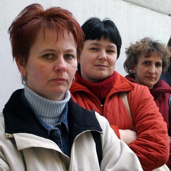 (Od lewej) Bogusława Adamek, Dorota Kopciuch: - Dziś zamkną klasy 4 -6, a za rok całą szkołę? Nie możemy na to pozwolić.