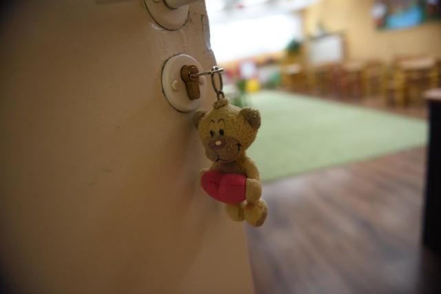 Z powodu zamkniętych żłobków, przedszkoli i szkół rodzicom młodszych dzieci należy się zasiłek opiekuńczy.