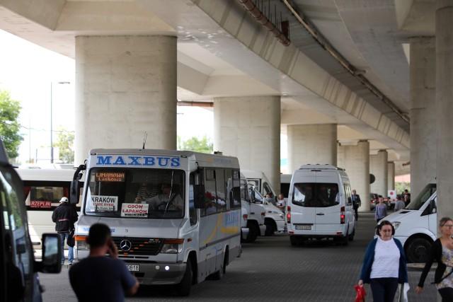W pojazdach przeznaczonych do przewozu powyżej 7. osób i nie więcej niż 9. osób można przewozić tylu pasażerów, ile jest miejsc.