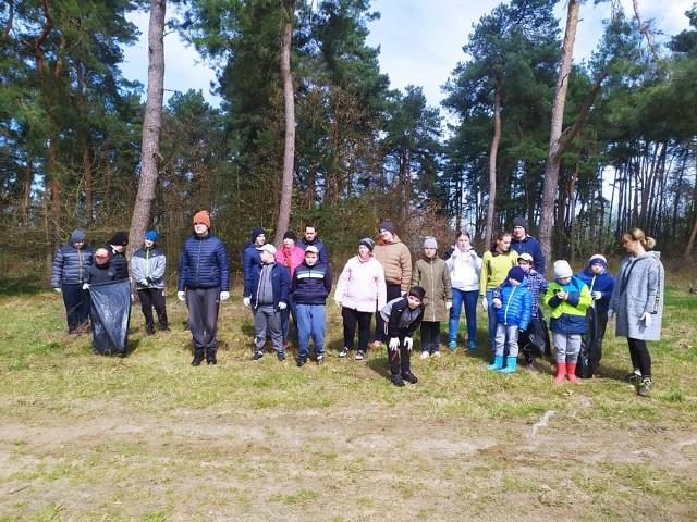 Uczniowie Szkół Specjalnych w Adamowie sprzątali las, uczcili w ten sposób Dzień Ziemi.