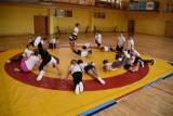 Zapaśniczy pokaz MKS Cement Gryf Chełm dla młodych sportowców w chełmskiej Szkole Podstawowej nr 6. Zobacz zdjęcia