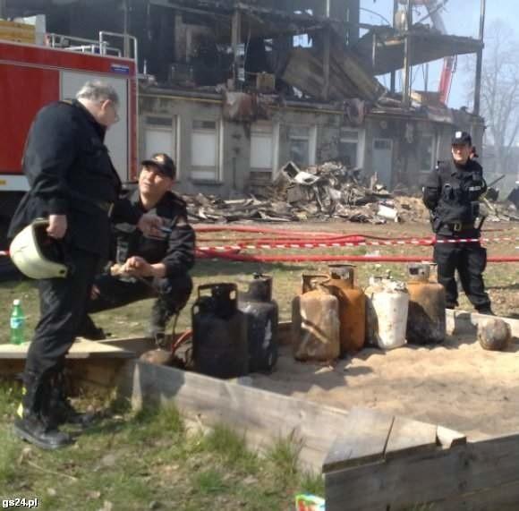 Strażacy na pogorzelisku.