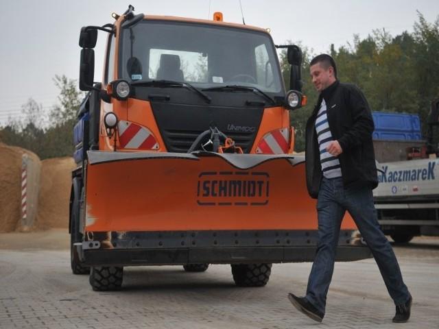 Patryk Kowalski z ZPB Kaczmarek sprawdza rozpryskiwarkę, która już jest gotowa do akcji Zima