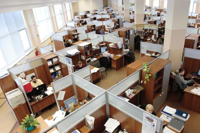 Bezrobocie w Lubuskiem w kwietniu 2020 r. wzrosło. Wzrost bezrobocia ma związek przede wszystkim z epidemią koronawirusa. Sprawdzamy, jak stopa bezrobocia kształtuje się w poszczególnych lubuskich powiatach. Najnowsze dane prezentuje Wojewódzki Urząd Pracy w Zielonej Górze. Jak wynika z danych Wojewódzkiego Urzędu Pracy w Zielonej Górze, na początku kwietnia 2020 w Lubuskiem było 19.838 zarejestrowanych bezrobotnych. Na koniec miesiąca liczba ta wzrosła do 21.613. Oznacza to, że w ciągu miesiąca w naszym regionie przybyło 1.775 bezrobotnych. Najwięcej, bo 216 nowych bezrobotnych, zarejestrowano na terenie powiatu gorzowskiego. W całym województwie stopa bezrobocia na koniec kwietnia wynosiła 5,2 procent. Na kolejnych slajdach w galerii znajdziesz konkretne dane o bezrobociu z poszczególnych lubuskich powiatów. Zaczynamy od powiatów, gdzie stopa bezrobocia jest najniższa >>>Polecamy wideo: FLESZ: Bezrobocie wzrosło przez epidemię koronawirusa