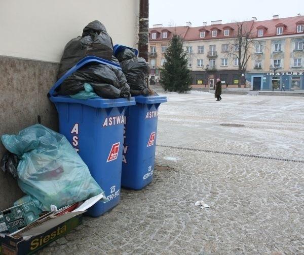 Śmietniki przed Ratuszem szpecą centrum Białegostoku. Śmieci się w nich nie mieszczą. Worki z odpadami leżą też obok pojemników.
