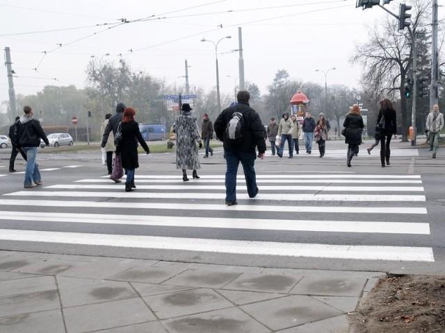 Światła na pl. Rapackiego blokują teraz ruch na drogach dojazdowych do mostu